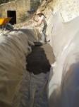llenando los cimientos con una capa de 10 cm de hormigon pobre