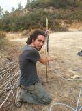 el nuevo swale nos traerá agua del camino hacía la terraza abjo donde estamos empezando el bosque comestible.